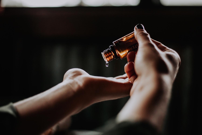 deux mains avec huile essentielle